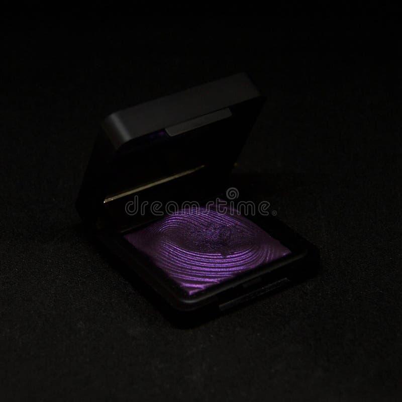 Purpurroter Lidschatten auf schwarzem Hintergrund lizenzfreies stockbild