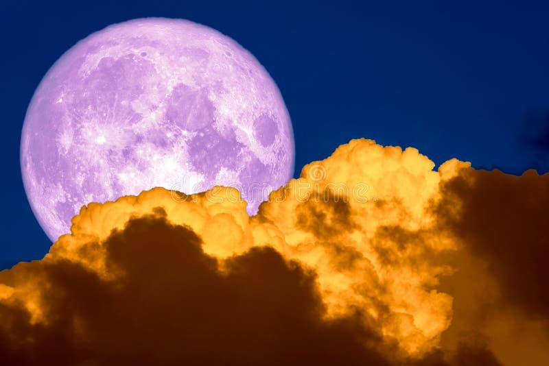purpurroter Mond auf Himmelhaufenwolke und weicher Wolke der Verbreitung lizenzfreie stockfotografie