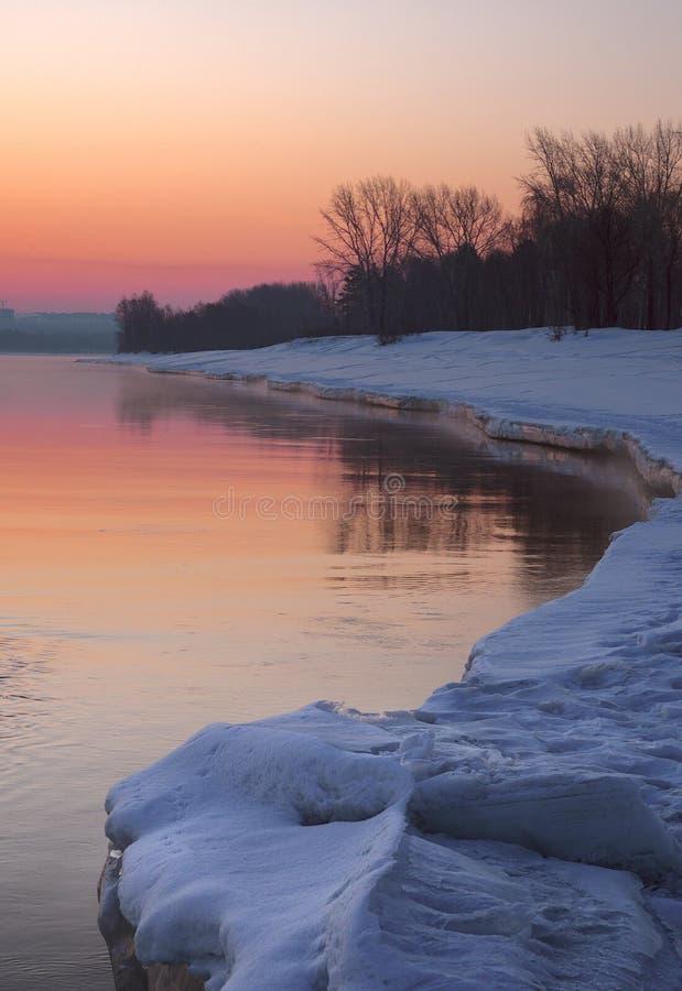 Purpurroter Morgen auf dem Frühlingsfluß - vertikal lizenzfreies stockbild