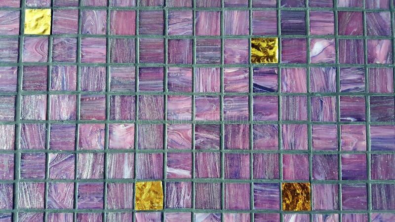 Purpurroter Musterhintergrund der keramischen bunten Fliesenmosaikglaszusammensetzung Brunnen organisierter Raum lizenzfreie stockbilder