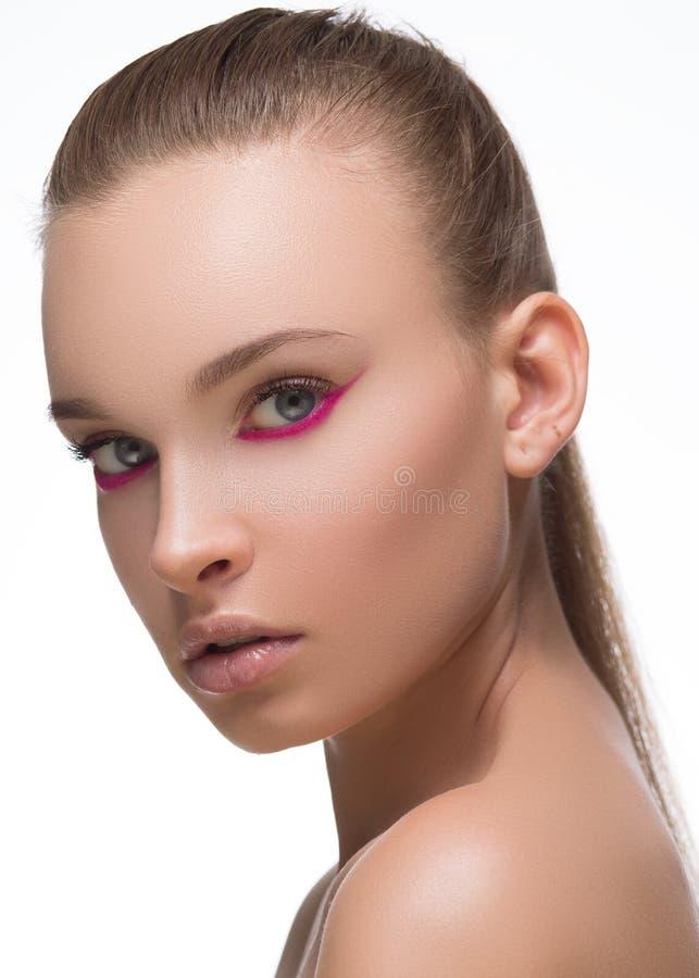 Purpurroter oder magentaroter Pfeilmake-upabschluß des Zaubers mit roten Nägeln der Mode auf Gesicht Frau mit vollkommener Haut N lizenzfreies stockbild