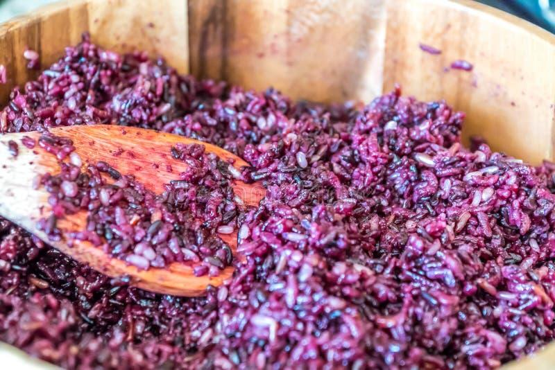 Purpurroter Reis in der hölzernen Schüssel mit einem hölzernen Löffel, der für eine Sushimahlzeit des strengen Vegetariers vorber stockbilder