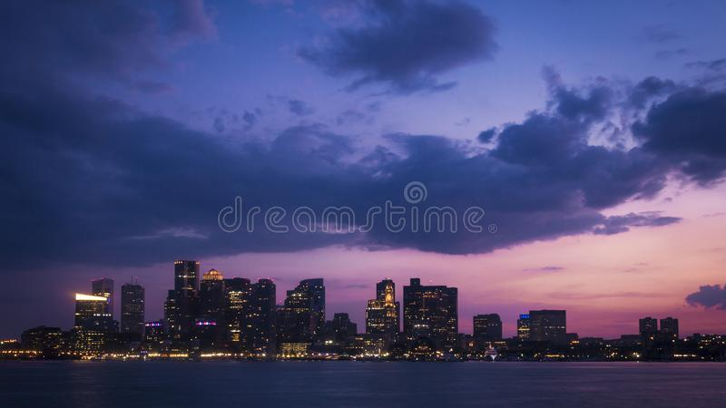 Purpurroter Sonnenuntergang über Skylinen von Bosotn, USA stockbild
