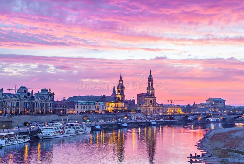 Purpurroter Sonnenuntergang in Dresden stockfotografie