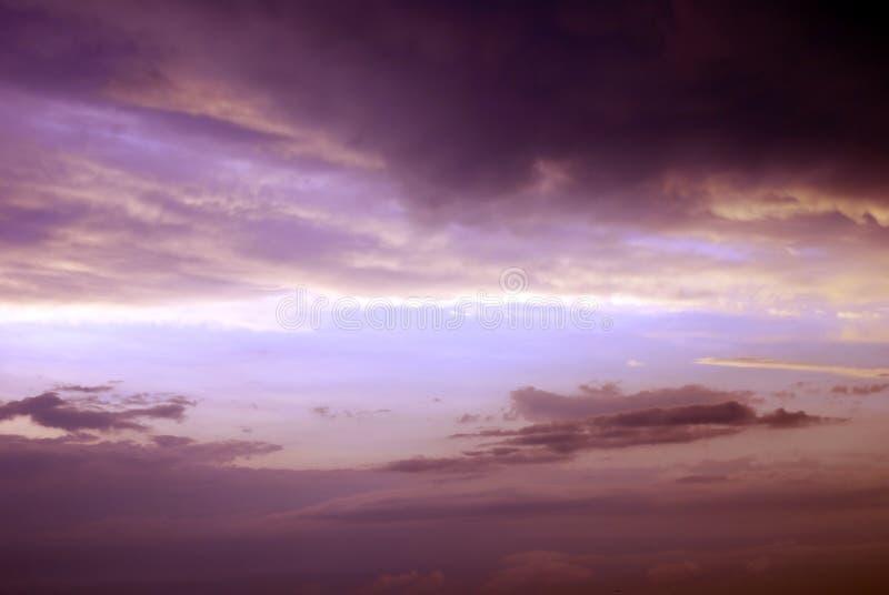 Purpurroter stürmischer Himmel stockbilder