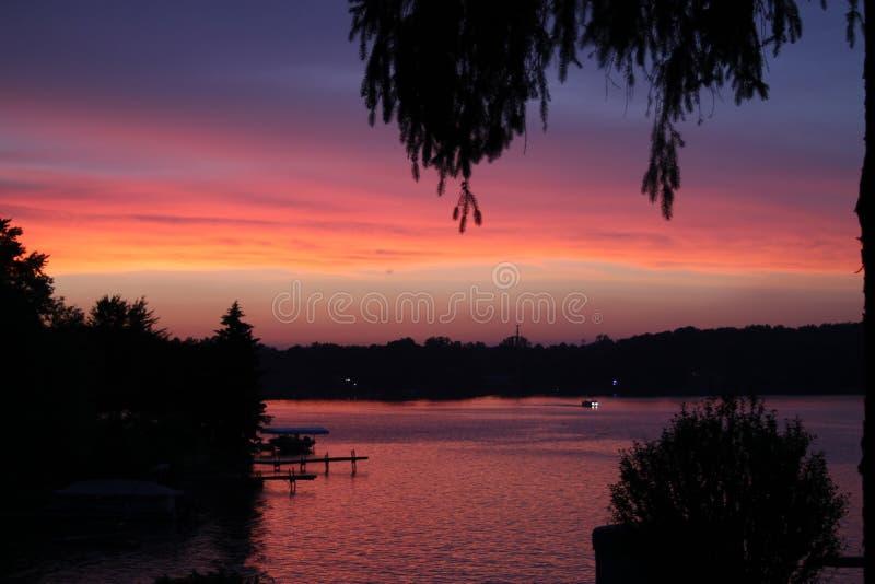 Purpurroter und rosafarbener Sonnenuntergang stockbild