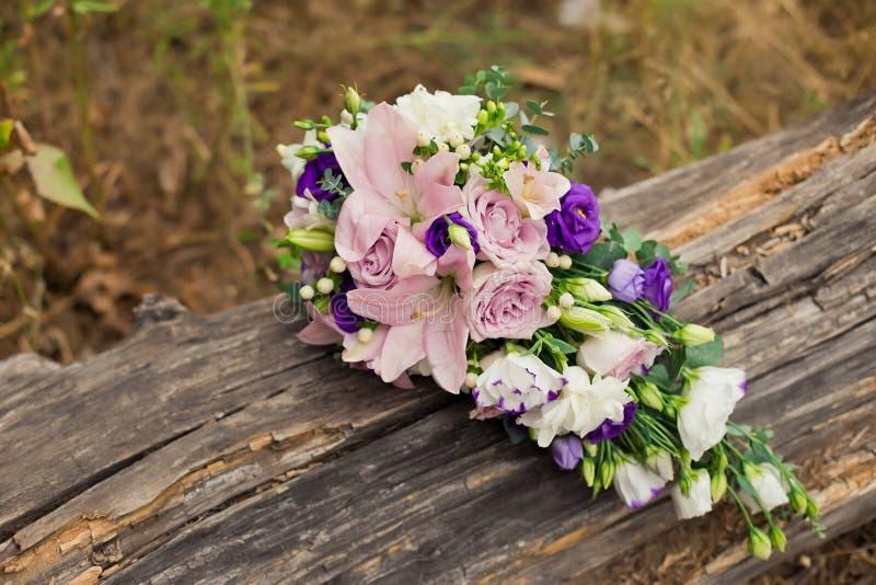 Purpurroter und weißer, rosa Hochzeitsblumenstrauß stockbild