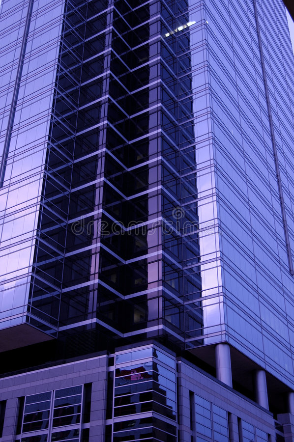 Purpurroter Wolkenkratzer lizenzfreie stockfotos