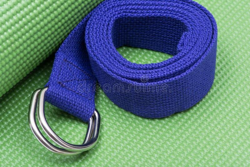 Purpurroter Yoga-Bügel auf grüner Yoga-Matte ?bungen f?r Anf?nger stockfoto