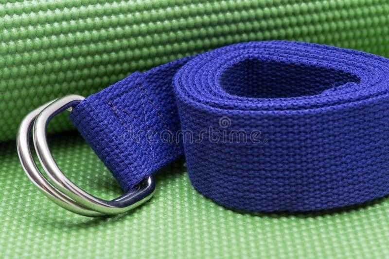 Purpurroter Yoga-Bügel auf grüner Yoga-Matte ?bungen f?r Anf?nger lizenzfreies stockbild