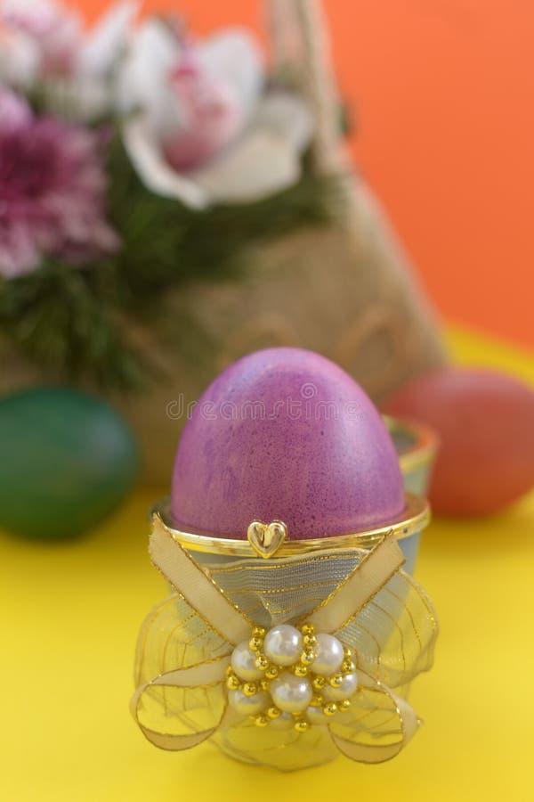 Purpurrotes Ei im Kasten mit goldenem Band lizenzfreie stockbilder