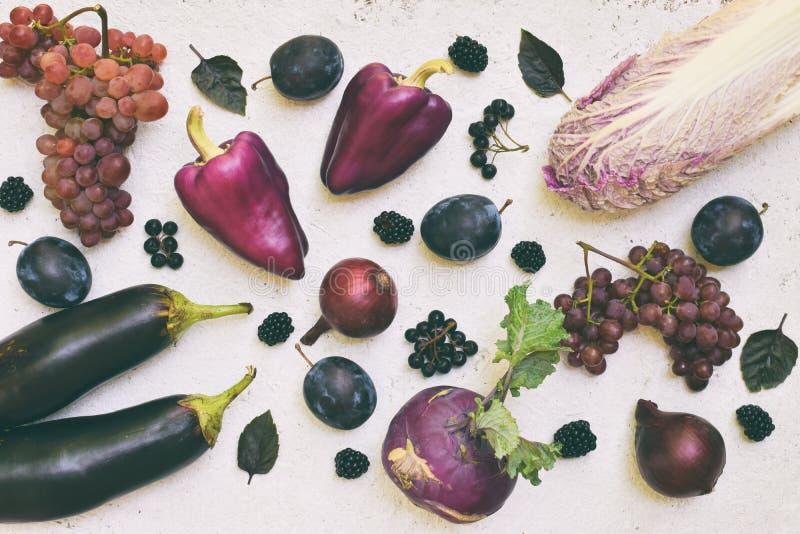 Purpurrotes Gemüse und Früchte Pflaume, Aubergine, Pfeffer, Blaubeeren, Vogelbeere Violette organische Nahrungsmittel hoch in den stockfotografie