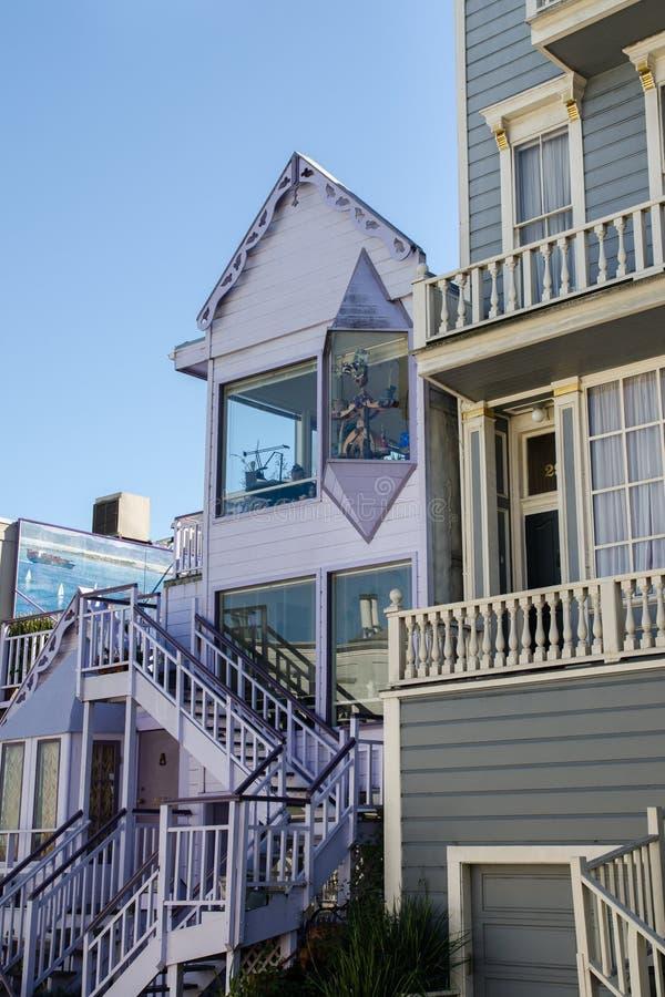 Purpurrotes Haus mit Marionetten auf San Francisco-Straße stockfotografie