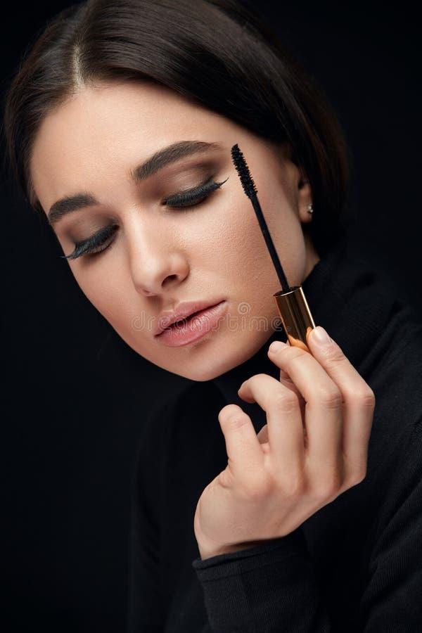 Purpurrotes Make-up und bunte helle Nägel Frau mit den langen schwarzen Wimpern und Wimperntuschen-Bürste lizenzfreies stockfoto