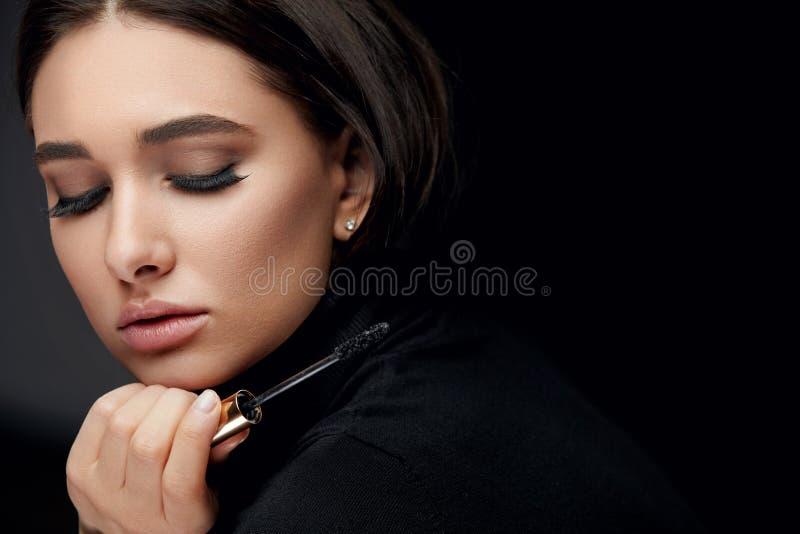 Purpurrotes Make-up und bunte helle Nägel Frau mit den langen schwarzen Wimpern und Wimperntuschen-Bürste lizenzfreie stockbilder