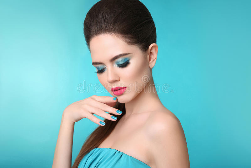 Purpurrotes Make-up und bunte helle Nägel Mattlippenstift Nahaufnahmeporträtmädchen mit Manicu stockfotografie