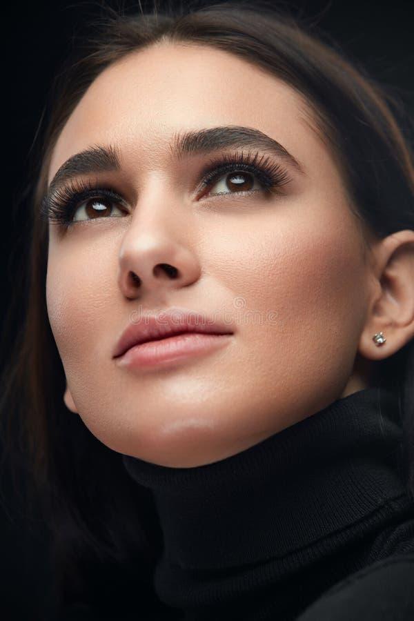 Purpurrotes Make-up und bunte helle Nägel Nahaufnahme-Frauen-Gesicht mit den Wimpern und sexy Make-up stockbilder