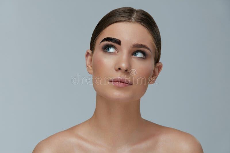 Purpurrotes Make-up und bunte helle N?gel Färbungsaugenbraue der Frau mit Brauengeltönung lizenzfreies stockfoto