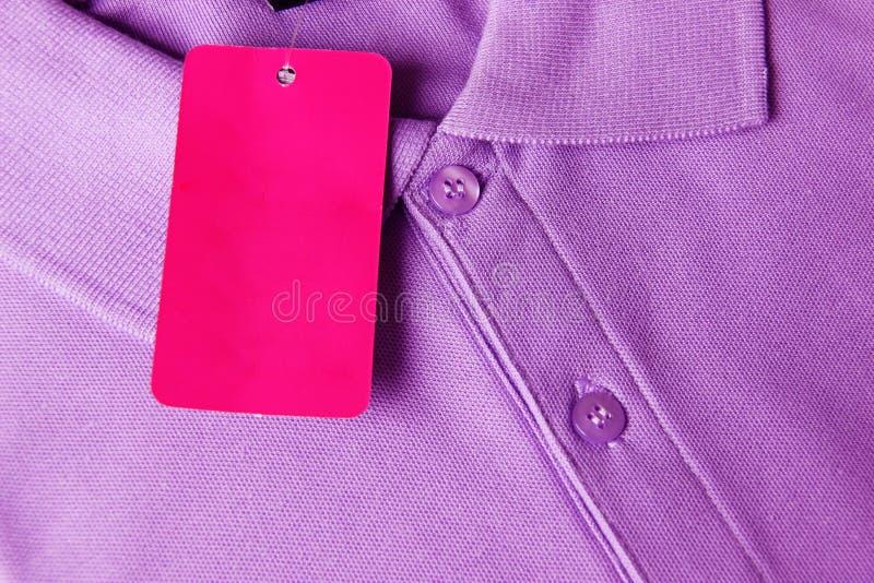 Purpurrotes Polo-T-Shirt und leerer Aufkleber stockbild