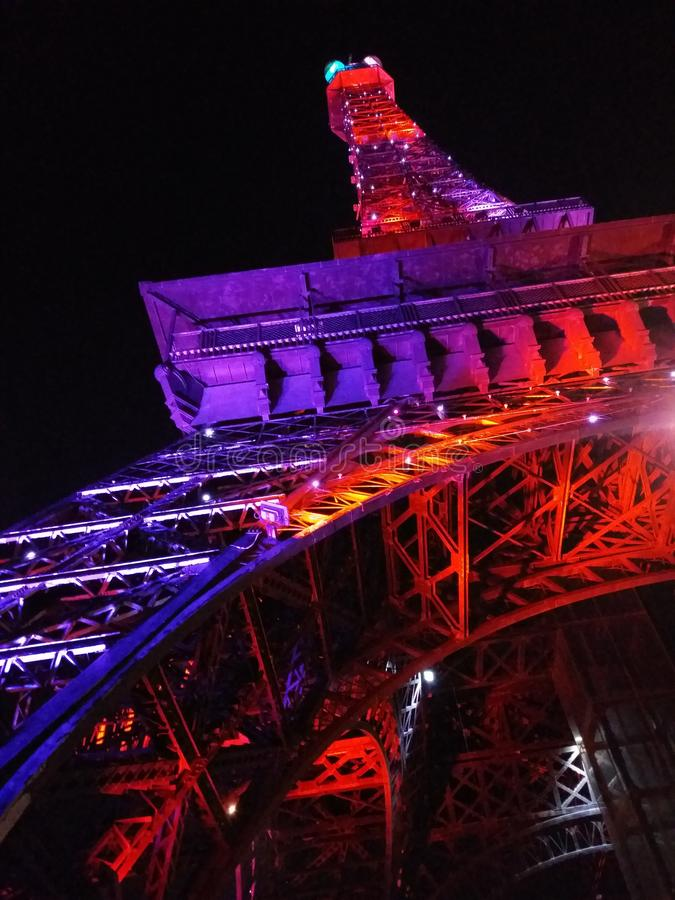 purpurrotes schönes Überraschen eiffeltower Farb-Zielnacht-des blacksky Schönheits-Wunders stockbilder