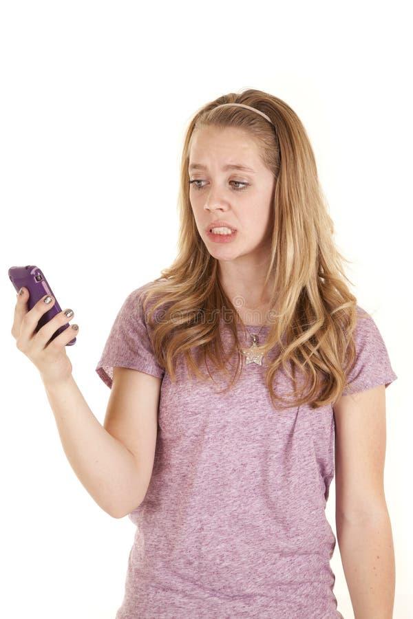Purpurrotes Telefon des Mädchens frustriert lizenzfreie stockfotografie