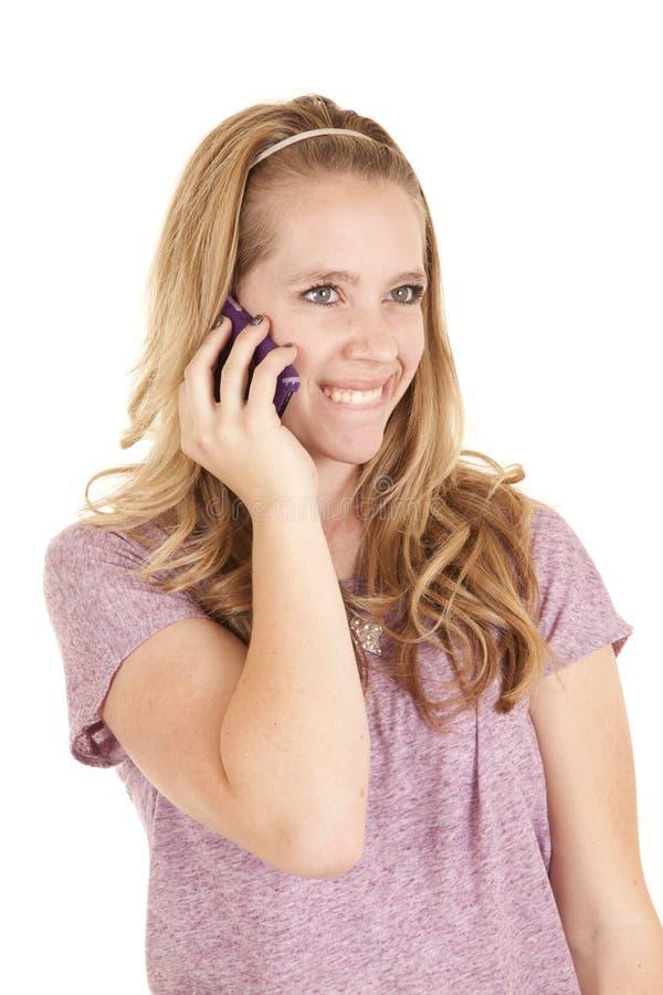 Purpurrotes Telefonlächeln des Mädchens lizenzfreies stockfoto
