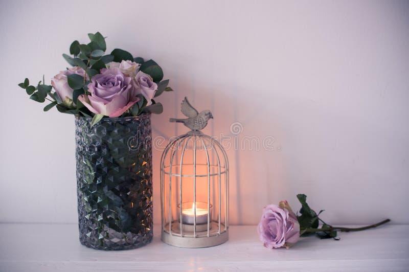 Purpury, mauve koloru lata świeże róże w wazie z bielem izolują b obraz stock