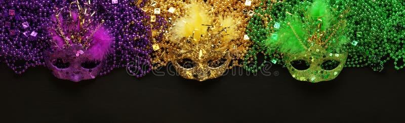Purpury, złoto, Zieleni ostatków koraliki i maski, i obrazy royalty free
