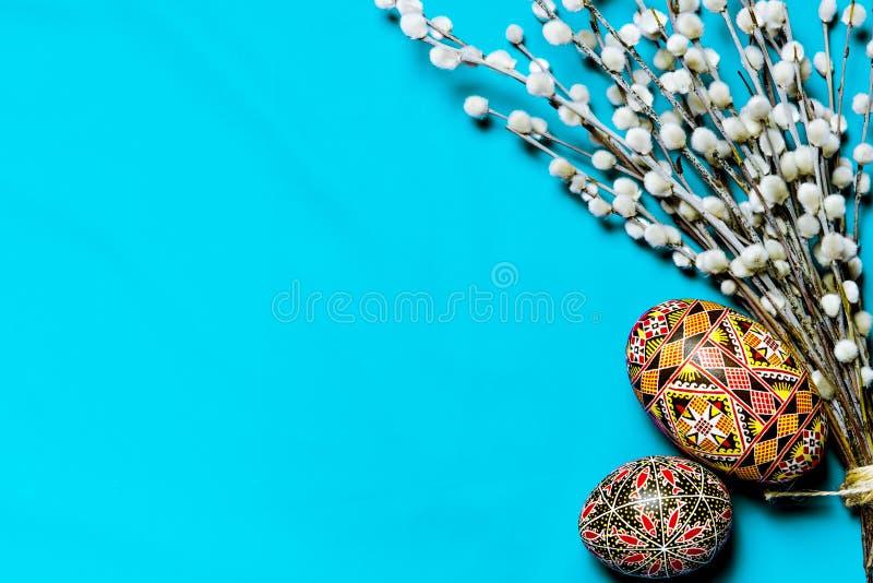 Purulento-salice di Pasqua ed uovo di Pasqua su fondo Scheda di pasqua felice Con Pasqua felice fotografia stock