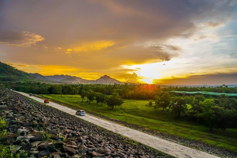 Purwakarta, δυτική Ιάβα, Ινδονησία (03/30/2018): Η άποψη στο φράγμα Jatiluhur με το όμορφο ηλιοβασίλεμα στοκ εικόνα