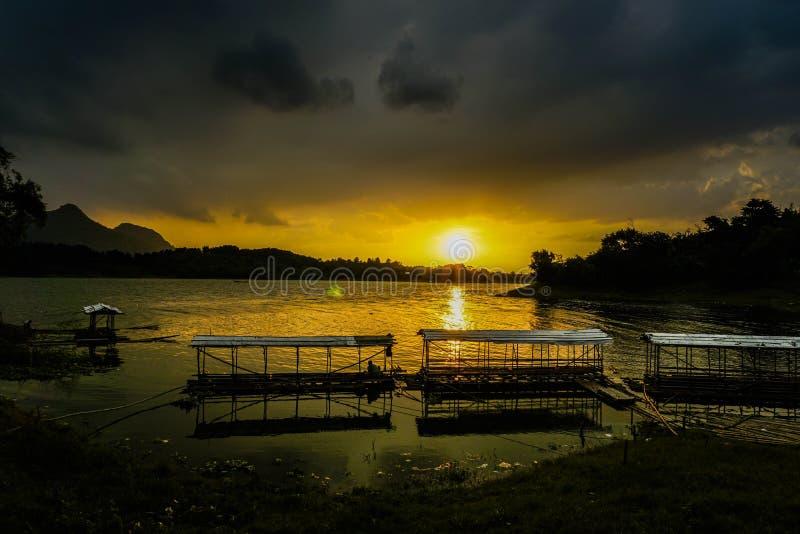 Purwakarta, West Java, Indonesia (03/30/2018): Vackra solnedgången på fiskeplatsen Jatiluhur Dam royaltyfri foto