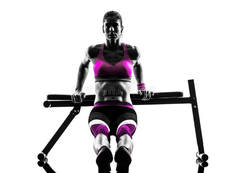 Push-UPS för press för kvinnakonditionbänk övningar royaltyfri fotografi