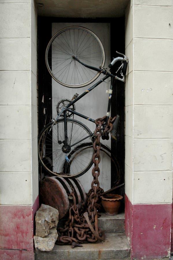 Pushbike in porta. fotografia stock