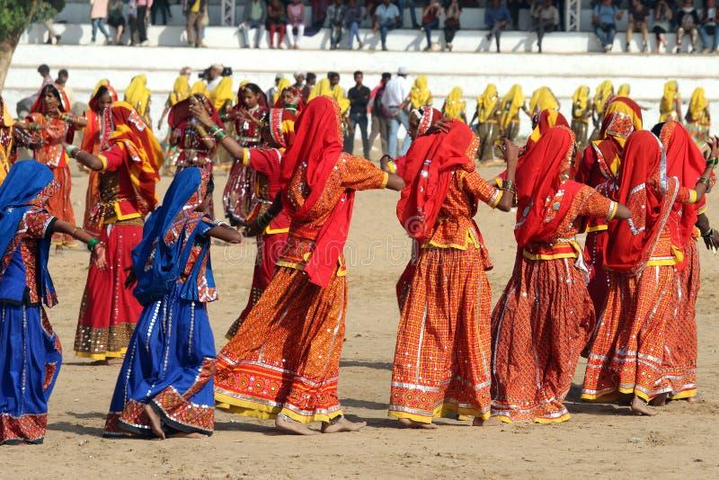 Filles indiennes dansant au chameau de Pushkar loyalement image stock