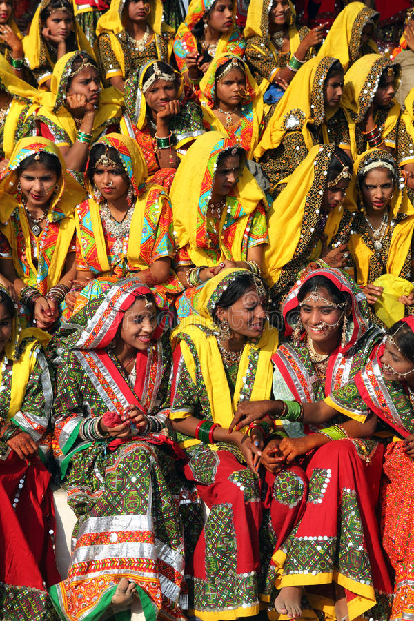 Gruppo di ragazze indiane in abbigliamento etnico variopinto fotografie stock libere da diritti