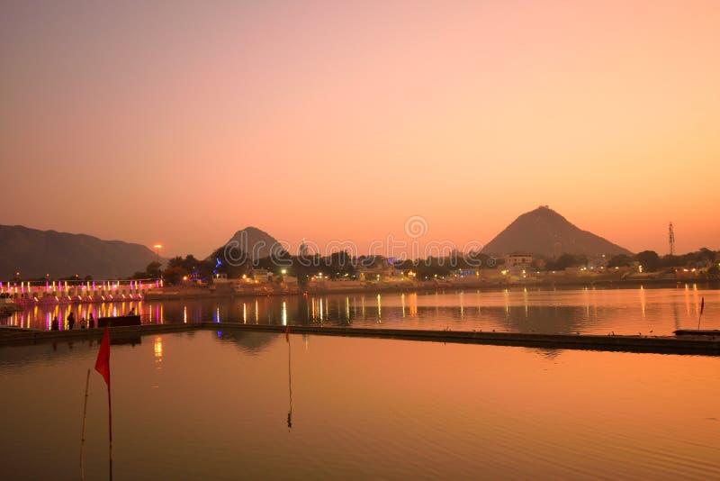 Pushkar sjö under solnedgång arkivfoton