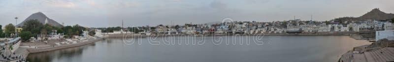 Pushkar sjöpanorama sköt - Rajasthan - Indien, helig hinduisk stad Det är en sakral pilgrimsfärddestination för Hindus royaltyfria foton