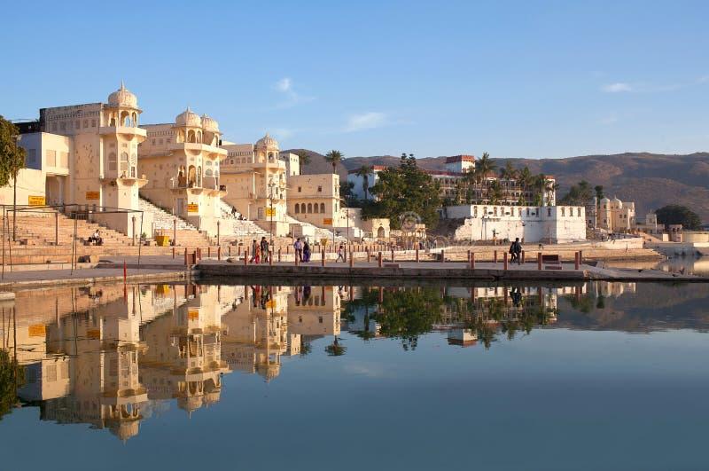 Pushkar stadssikt från Pushkar Sarovar sjön i Rajasthan, Indien arkivfoto