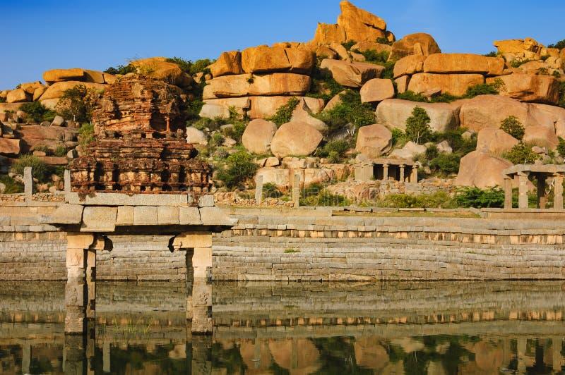 Pushkarani är en sakral sjö i Hampi, Indien arkivfoto