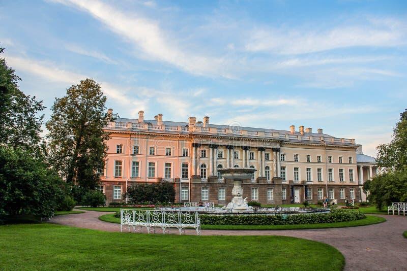 Pushkin parkerar royaltyfria foton