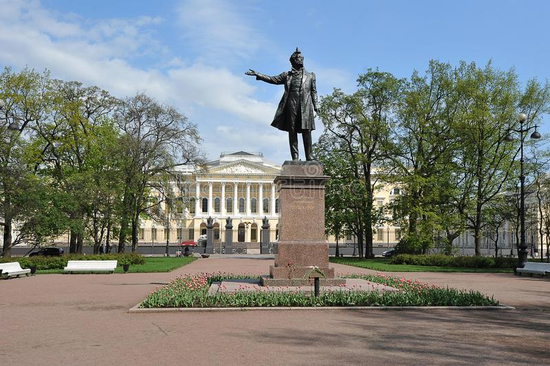 Pushkin rzeźba przed Rosyjskiego stanu Muzealnym budynkiem w St Petersburg, Rosja zdjęcie royalty free