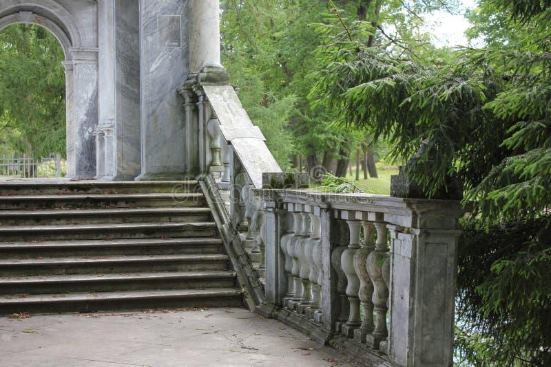 PUSHKIN, ST PETERSBURG, RUSIA - 10 de julio de 2014: Puente de mármol en el parque de Catherine imagen de archivo libre de regalías