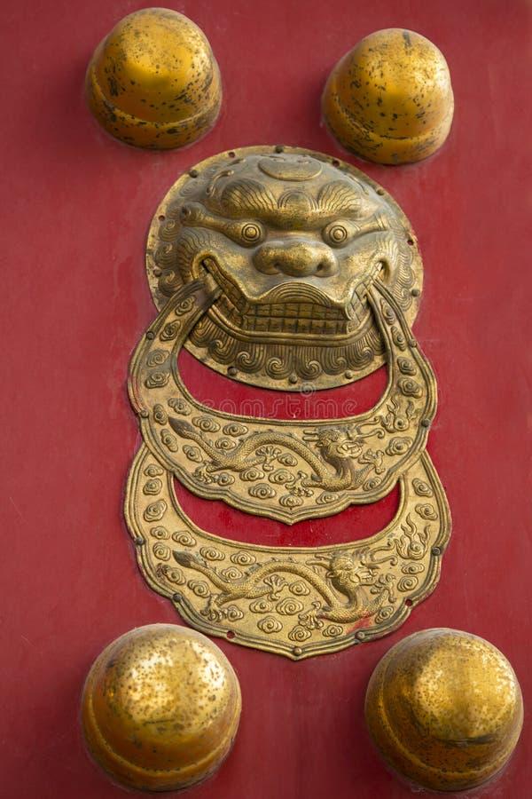 Pushou (Ring Knockers) sur des portes dans le palais impérial, Pékin, Chine photographie stock libre de droits