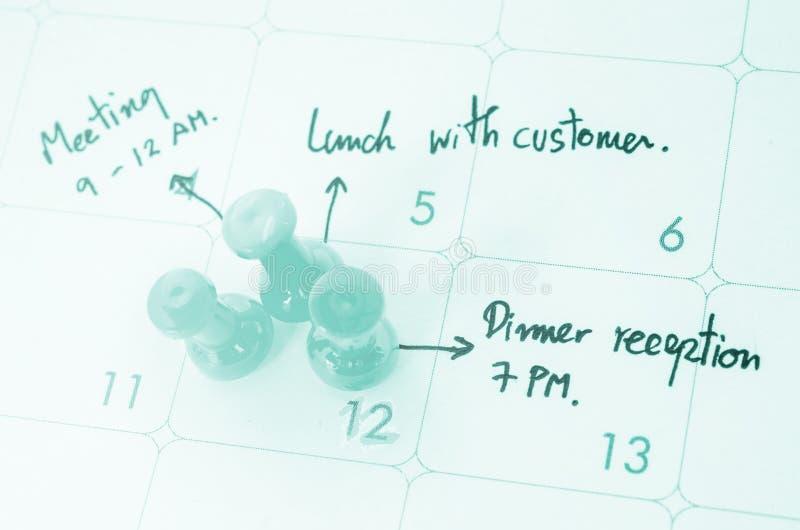 Pushpin на календаре с занятым днем стоковые изображения rf