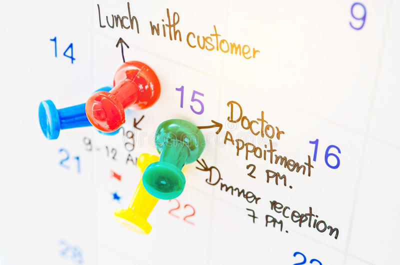 Pushpin на календаре с занятым днем стоковая фотография rf