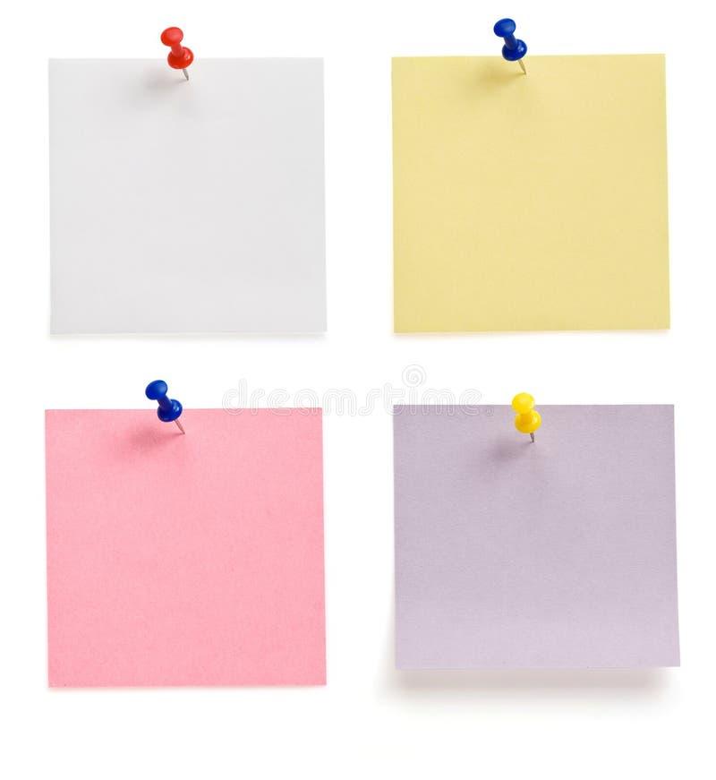 Pushpin e papel de nota no branco fotografia de stock