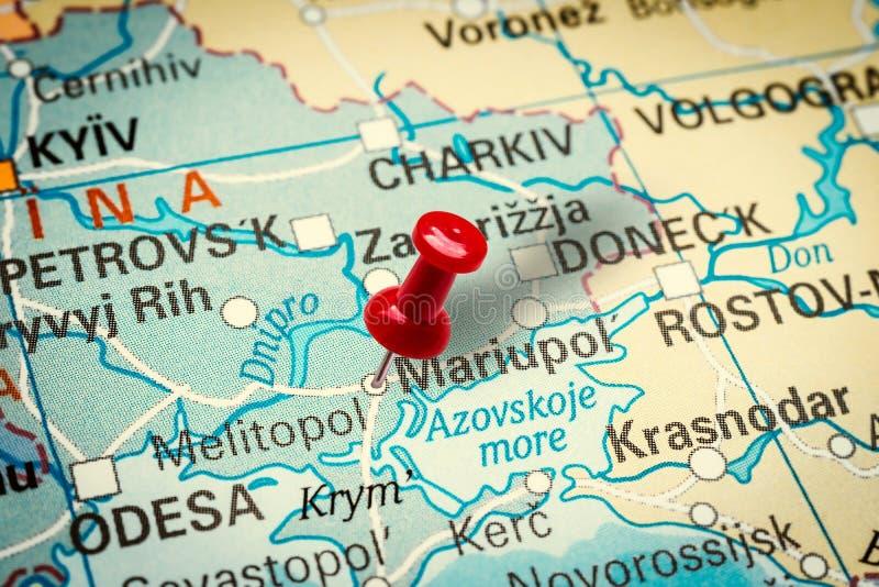 Pushpin señala la ciudad de Mariupol en Ucrania imagenes de archivo