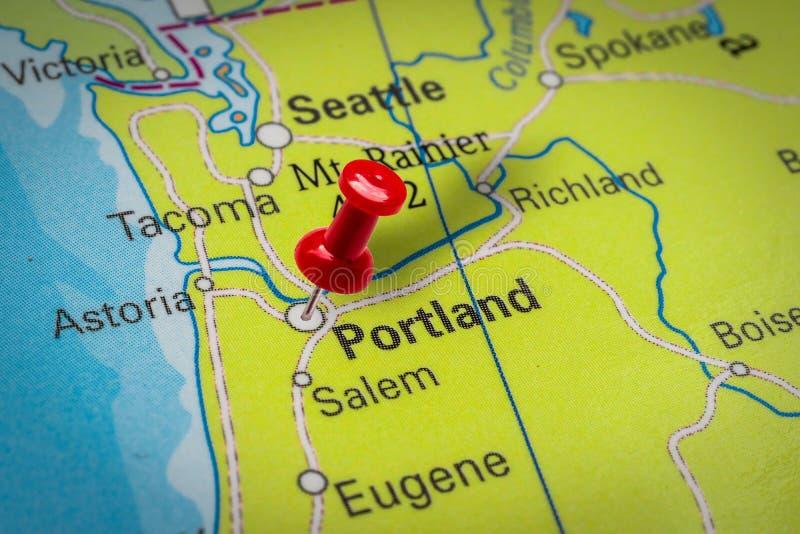 Pushpin som pekar på Portland City i USA arkivbilder