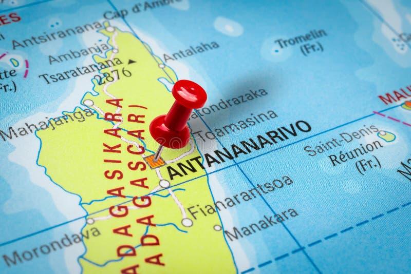 Pushpin som pekar på staden Antananarivo i Madagaskar arkivfoton