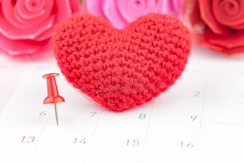 Pushpins στο ημερολόγιο και την κόκκινη καρδιά στοκ εικόνα με δικαίωμα ελεύθερης χρήσης